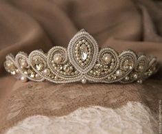 """""""Tiaraperlas Más"""" I love the pearls framing the bling Bead Embroidery Jewelry, Soutache Jewelry, Beaded Jewelry, Hair Jewelry, Wedding Jewelry, Bridal Tiara, Tiaras And Crowns, Beads And Wire, Wedding Hair Accessories"""
