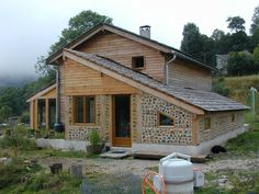 maison bois solaire passive france serre - Recherche Google Tiny House Cabin, Cabin Homes, Log Homes, Cordwood Homes, Different House Styles, Recycled House, Rammed Earth Homes, Unusual Homes, Natural Building