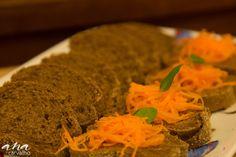 Torradinhas de pão australiano com mel, cenoura e manjericão. Para colorir a mesa de antepastos. Criação buffet mariana cyrne festeira. #marianacyrnefesteira #buffetde festa #festadeaniversario #buffetideas #decoracao #festa #chadepanela #chadebebe