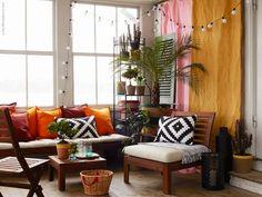 Vi gav tre stylister uppdraget att inreda ett och samma uterum. Camilla Krishnaswamy inspirerades av ett stekhett Karibien med färgsprakande textiler och serien ÄPPLARÖ på den inglasade verandan. ÄPPLARÖ serien i massiv akacia har allt du behöver för att skapa en härlig loungekänsla eller matplats såväl ute som inne.