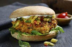 Vegetarburger av kikerter med mangosalat og myntedressing