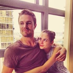 Stephen Amell (Oliver Queen) and Willa Holland (Thea Queen) on the set of Arrow. (I'd like one big brother Oliver Queen please) Willa Holland, Stephen Amell Arrow, Arrow Oliver, Arrow Cast, Arrow Tv, The Oc, Green Arrow, Gossip Girl, Oliver And Felicity