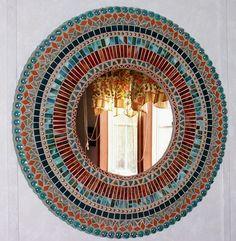 Este espejo del mosaico fue creado usando el trullo, el Aqua, el Adobe, y el vidrio manchado rojo/anaranjado (moho) profundo, las gemas de cristal, los clavos de la tapicería, y las cuentas de cerámica. Esta pieza mide 24 a través y tiene un espejo de 11. Está sellado y el herraje colgante está conectado. He firmado y fechado en la parte de atrás.