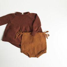 Den har ligget og ventet tålmodigt, men nu er opskriften på #valmueshorts at finde på www.nordiskstrik.com lige i tide til at de kan strikkes op til jul, som her hvor Augusts sæt er kommet i selskab med en langærmet udgave af Birkeblusen. #nordiskstrik #knitforyourkid #fortheloveofknitting #babystrik #knittinginspiration #børnestrik #knitting #knittingtime #knittinglove #knittingmom #børnestrik #babystrik #birkebluse #dalelerke Knitted Baby Clothes, Cute Baby Clothes, Baby Girl Fashion, Kids Fashion, Pinterest Baby, Baby Kind, Boho Baby, Cool Baby Stuff, Baby Wearing