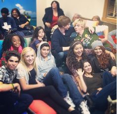The Casts Of Austin and Ally and Jessie watch the Crossover episode. Ok why is Eric Unger randomly in the middle of them. I know Austin and Ally share a set with lab rats (Billy Unger is on) but Billy's brother just decided to go hang out next door. Disney Channel Shows, Disney Shows, Ross Lynch, Cast Of Jessie, Austin E Ally, The Thundermans, Adventure Time Girls, Disney Theory, Skai Jackson