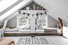 tarima de madera para ubicar las camas en el suelo, decorada con vigas de madera
