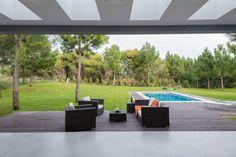 Costa Esmeralda. Diseñada por los arquitectos Martín Distéfano y Griselda Rodríguez sobre el lote de un barrio residencial, esta casa extrema la premisa de integrar los ambientes entre sí y con el parque hasta lograr instaurar una verdadera continuidad.