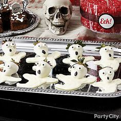 Spectral treats will make you the best ghostess this Halloween! Dip & decorate strawberries in minutes with Wilton® Candy Melts®. Click to get all the details!