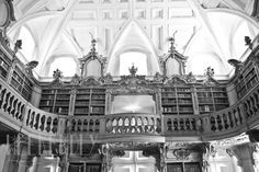 A Biblioteca.  The Library.
