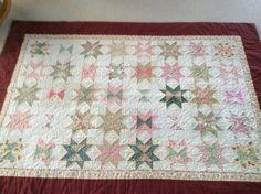 Tæppe syet på maskine og quiltet i hånden mønster fra Asta Rosenbeck Quilts, Blanket, Rugs, Bed, Home Decor, Farmhouse Rugs, Decoration Home, Stream Bed, Room Decor