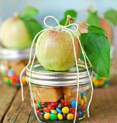 Para adoçar o dia do presenteado, dê este kit simples de maçã caramelada. Os ingredientes são: maçã (óbvio), confeitos de chocolate e balinhas de caramelo para derreter no micro-ondas e aproveitar!