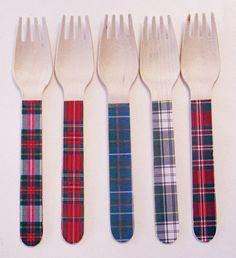 Ces fourchettes et cuillères respectueux de lenvironnement sont le moyen idéal pour ajouter un peu de quelque chose de spécial à une partie. Elles sont idéales pour un talonnage parti, mariage à la campagne ou pique-nique. Ils sont aussi le cadeau dhôtesse parfaite.  Cette liste comporte 5 différents tartans authentiques dans les bleus, verts et rouges. Les cuillères et les fourchettes sont 6,75 de long. Les couteaux sont environ 6  VEUILLEZ NOTER QUE LA COULEUR AFFICHÉE SUR VOTRE ÉCRAN NE…