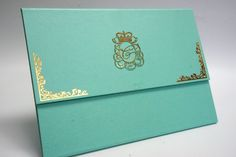 Convite personalizado com duas dobras. Verde água com arabescos em dourado.