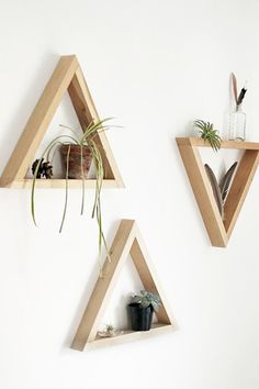 How to: Make Simple Wooden Triangle Shelves Man Made DIY Crafts for Men Keywords: decor, storage, organization, shelf Diy Wand, Simple Wall Art, Diy Wall Art, Easy Wall, Wooden Decor, Wooden Diy, Mur Diy, Triangle Shelf, Woodworking Projects