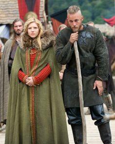 Le costume de Ragnar est a chier, mais celui de Lagertha est tout a fait plausible, et a l'originalité de montrer un interprétation trop souvent oublier, le tricot, ainsi qu'une utilisation de la fourrure propre efficace et logique, au contrario des immondes et ridicules peaux de bêtes entières posées sur une épaule...