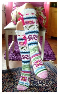 Ravelry: Ruususet-sukkaset pattern by Sinikka Nissi Fair Isle Knitting Patterns, Knitting Stitches, Knitting Socks, Knit Patterns, Hand Knitting, Knitted Slippers, Wool Socks, Crochet Slippers, Mode Crochet