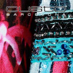 -Lujo made in Barcelona- Si te encanta ser el centro de atracción y robarte todas las miradas, este es el vestido para ti. Hecho con cuentas y canutillos ensamblados a mano, además de lentejuelas estampadas. http://www.elretirobogota.com/esp/?dt_portfolio=custo-barcelona