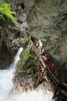 Durch die Wolfsklamm bei Stans führt eine der spannendsten Klammwanderungen Tirols. Kindern wird es hier bestimmt nicht langweilig.