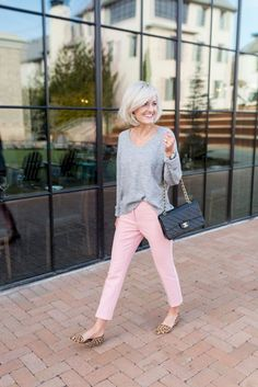 Pink flowers are especially perfect for an Easter marriage. Cotton is among the absolute most comfortable fabrics for summer. Pink Jeans Outfit, Summer Pants Outfits, Casual Work Outfits, Business Casual Outfits, Spring Outfits, Cute Outfits, Outfit Work, Outfit Summer, Light Pink Pants