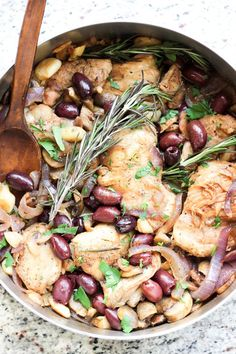 This Italian Garlic Chicken Skillet with olives, rosemary, onions, and mushrooms is the perfect dinner for the entire family. 30 minutes is all you need. Recipe via @thewickednoodle