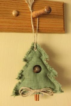 Primitive Country Christmas Tree/ More decorations on the tree, too plain.