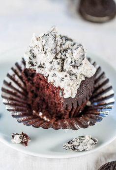 Schokoladen-kleine Kuchen mit Plätzchen und Creme-Bereifen - Weiche, flauschige kleine Kuchen mit Zuckerguss Sie wollen durch den Löffel zu essen!  Erstaunlicherweise gibt es keine Eier oder Butter, so dass Sie Sekunden haben !!