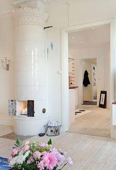 LOVE white washboard floors, looove.