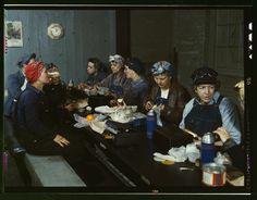 Trabajadoras del ferrocarril comiendo. Muchas eran esposas e incluso madres de los obreros que habían ido a la guerra. [1943]