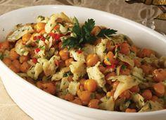 Salade de morue avec des pois chiches et les pommes de terre