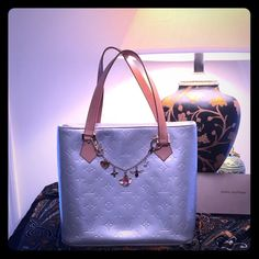 % Authentic Louis Vuitton Houston Vernis Beautiful 100% Authentic Louis Vuitton Houston Vernis in Gris. This handbag is in fantastic condition! No scrapes or marks. Beautiful corners! Gently used and very much pampered! Had a brand new zipper put in by Louis Vuitton, inside is clean and mark free. Please see add pics for more detail. Handle drop 7 inches. Beautiful Honey patina. Date code shown. Twilly and charm excluded. Treat yourself to something special for a Fantastic Price!!! Louis…