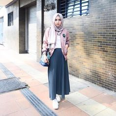 I am all ears I wore bomber jacket with patches - Hijab+ Hijab Casual, Hijab Chic, Ootd Hijab, Street Hijab Fashion, Muslim Fashion, Skirt Fashion, Fashion Outfits, Hijab Teen, Hijabs