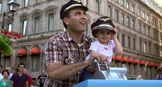 Le 4 septembre dernier, la compagnie aérienne KLM a lancé une opération marketing originale en proposant aux passants de réaliser leur rêve d'enfant: faire décoller un avion !  En tirant la fausse manette installée pour l'occasion, les passants ont pu tenter de faire décoller un avion affiché sur un billboard géant qui donnait l'impression de s'envoler plein gaz !  Les plus chanceux ont même pu repartir avec des places d'avions !