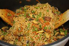 Gebratene Nudeln wie beim Chinesen und ein Kirsch-Streusel-Kuchen zum Nachtisch