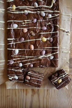 Easter Egg Brownies — Baking Martha - Creme Eggs seem to be dominating the Easter food scene this year, so this is a recipe to give Mini - No Bake Brownies, No Bake Cake, Baking Brownies, Chocolate Brownies, Easter Recipes, Holiday Recipes, Mini Egg Recipes, Recipes Dinner, Easter Eggs