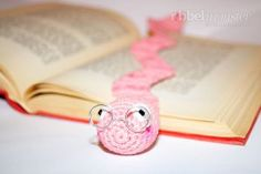 Crochet Worm Bookmark - Bookworm Wolbert - Free Crochet Sample - Free Information Crochet Bookmarks, Crochet Books, Diy Crochet, Diy Back To School, Book Markers, Crochet Decoration, Mason Jar Crafts, Book Making, Craft Fairs