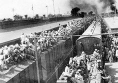 Emergency train flock aboard a train to India to escape the violence of the Partition riots after the bifurcation of Punjab. Indian Art History, Modern History, History Images, Black History, History Of Pakistan, India And Pakistan, Rare Pictures, Rare Photos, Historical Pictures
