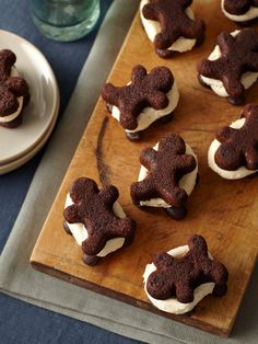 Chocolate Peppermint Gingerbread Man Whoopie Pies (Think I'm gonna have to come up w/ a recipe for these). Christmas Food Treats, Christmas Desserts, Holiday Treats, Christmas Cookies, Gingerbread Man Cookies, Christmas Gingerbread, Gingerbread Men, Christmas Tree, Cold Desserts
