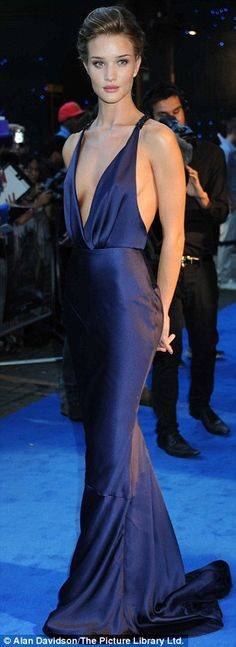 rosie huntington whiteley in burberry glamour gown Beautiful Gowns, Beautiful Outfits, Glamour, Runway Fashion, High Fashion, Fashion Beauty, Look Formal, Blue Gown, Mode Style