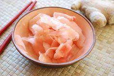 Receta de jengibre encurtido  250 gr. jengibre fresco  250 cc. vinagre de arroz japonés  2 cucharadas de azúcar  125 cc. agua  Pela y corta el jengibre en láminas muy finas. Mezcla en un cazo el vinagre, el azúcar y el agua, llevando a ebullición. Vierte esta mezcla sobre el jengibre, en un cuenco refractario. Tapa y deja en el frigorífico dos días. Se puede conservar varias semanas en frío.