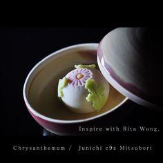 """""""一日一菓 「野菊」 煉切 製 wagashi of the day """"Chrysanthemum"""" 本日は野菊です。 このDesignは、香港で知り合った親愛なるRita Wongの作品を模した作品です。 この作品を入れている容器も、 彼女の作品です。…"""""""