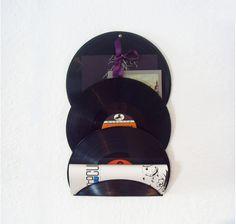 Außergewöhnlicher Zeitschriftenhalter aus gebogenen, gebrauchten Schallplatten!  Wird garantiert zum kreativen Blickfang in jeder Wohnung!     Der Hal