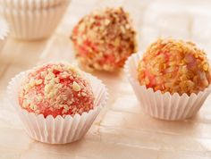 Try these delicious Strawberry Cheesecake Truffles with the new Duncan Hines Strawberry Flavoured Cupcake Mix. The cake mix, cream cheese frosting mix, and a pastry bag are all included in the box.