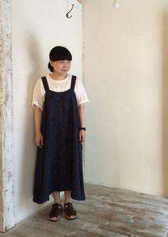 キャミソールドレス (GREY/STRIPE) 18,000 yen + tax / fog with nest Robe コットンリネンTOP天竺BIG Tee (OFF WHITE) 5,800 yen + tax / nest Robe メッシュサンダル (BROWN) 25,000 yen + tax / LA BAUME