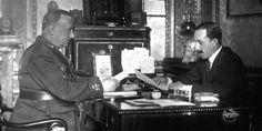 Nos encontramos ante una imagen de Miguel Primo de Rivera y Alfonso XIII en septiembre de 1923. El general se forjó en la crisis colonial de España en 1898. Tras el desastre de Annual, en el Rif, la situación empeoró drásticamente, pues el movimiento obrero amenazaba con una revolución. Así, Primo de Rivera asestó un Golpe de Estado al descompuesto gobierno español de 1923, secundado por el ejército y permitido por el monarca, un tanto militarista.
