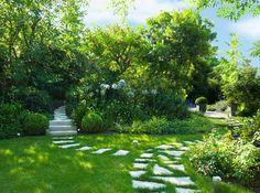 Il prato con vialetti in pietra e aiuole: Giardino % in stile % {style} di {professional_name}