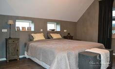 Slaapkamer sfeervol met Fresco Kalkverf kleur Thunder Sky van Pure & Original. Foto: Tres Jolie interieur & advies.
