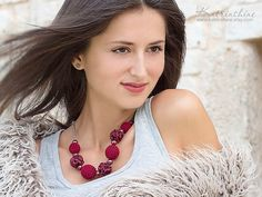 Burgundy necklace with crocheted and fabric beads por katrinshine
