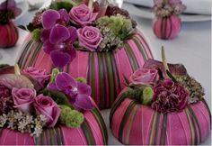 Bloemstuk met rozen, orchidee