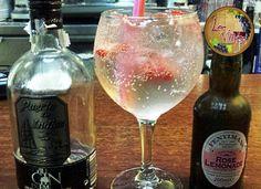 Gin Premium Puerto de Indias con Fentimans Rose Limonade, un toque de fresa & twist de naranja