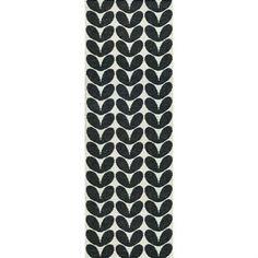 Dieser Plastikteppich von Brita Sweden hat ein schwarz/weißes Muster, das beim Wenden in der gegensätzlichen Farbstellung zum Vorschein tritt. Karin Plastikteppich enthält weder Schwermetalle noch giftige Weichmacher, und ist damit ein in Schweden hergestellter, wohngesunder Teppich.